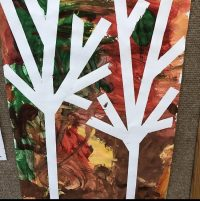 Jesienne drzewa - praca plastyczna wykonana wgrupach. Malowana farbami zużyciem taśmy malarskiej.