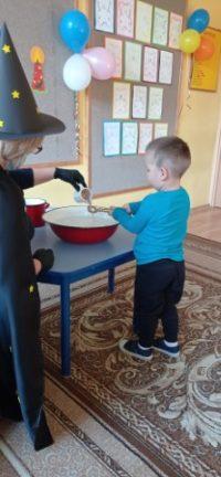 Lanie wosku - dziecko przelewa wosk przezucho odklucza.