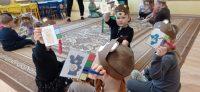 Misie - kolory. Dzieci dobierają odpowiedni kolor kwadracika domisia iprzypinają go klamerką