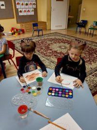 Dzieci malują farbą akwarelową jeża