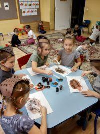 Dzieci malują kolce jeżowi widelcem umoczonym wfarbie plakatowej