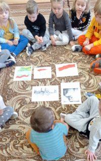 Dzieci podczas słuchania opowieści oodzyskaniu niepodległości przezPolskę.