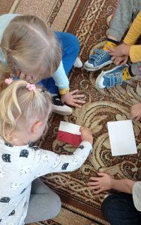 Dzieci podczas układania zczęści flagi Polski