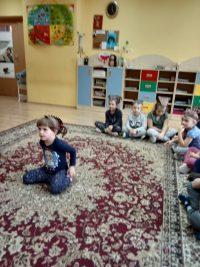Dzieci recytują wiersz Tojest jeżyk
