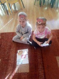 Dzieci układają obrazek misia zkilku elementów