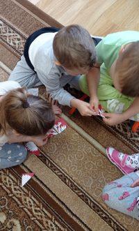 Dzieci wczasie układania zczęści godła Polski