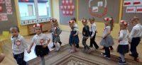 Dzieci wczasie wykonywania tańca POLONEZ