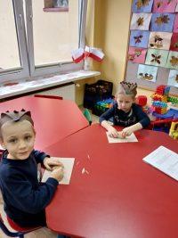 Dzieci wykonują jeża zziemniaka iwykałaczek