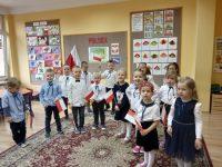 Dzieci zgrupy Jeżyki nauroczystości zokazji rocznicy odzyskania Niepodległości przezPolskę