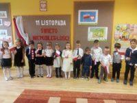 Dzieci zgrupy Krasnoludki podczas akademii zokazji odzyskania przezPolske Niepodległości