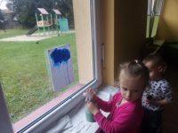Dziewczynka wykonująca deszczową chmurkę przy pomocy spryskiwacz