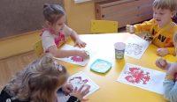 Godło Polski - dzieci wtrakcie wykonywania pracy plastycznej