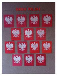 Godło Polski - malowanie białą farbą naczerwonym tle przy użyciu gąbki.