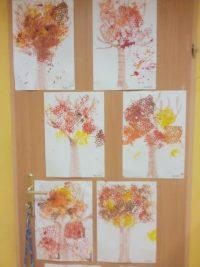 Jesienne drzewa- kontur drzewa malowany pastelami, liście wykonane poprzez odbijanie folii bąbelkowej namoczonej wfarbie