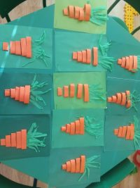 Marchewki- praca wykonana zpasków ponaranczowego papieru izielonej bibuły