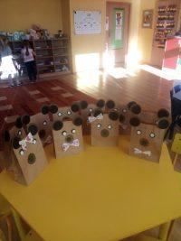 Misie wykonane zpapierowej torebki iorigamii zkół