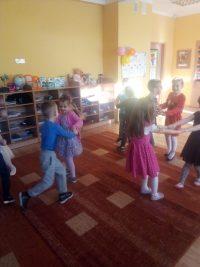 Tańczące dzieci nazabawie andrzejkowej