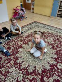 Zabawa dzieci - nadywanie siedzi jeż