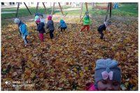 Zbieranie jesiennych liści.