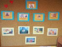 Informacje natablicy dotyczące powstania Święta Pluszowego Misia iwystępowania postaci misia wbajkach dla dzieci