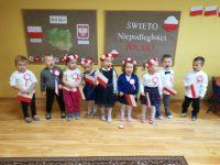 Dzieci podczas śpiewania piosenek patriotycznych