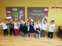"""Dzieci machają flagami podczas recytacji wiersza """"Barwy Ojczyste"""""""