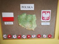Dekoracja przedstawiająca napis Polska, mapę naszej ojczyzny orazsymbole narodowe: godło, flaga