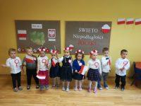 Dzieci podczas słuchania opowieści oodzyskaniu niepodległości przezPolskę