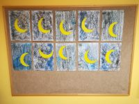"""""""Księżyc"""" – wypełnienie żółtą plasteliną powierzchni konturu księżyca iprzyklejenie go nakartkę pomalowaną pastelami olejnymi nakolor czarny igranatowy"""