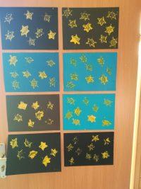 """""""Gwiazdy"""" – stemplowanie wzoru gwiazd nakartce papieru"""