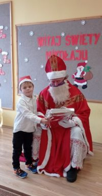 Pamiątkowe zdjęcie dziecka zMikołajem