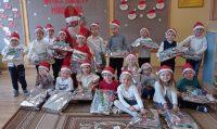 Pamiątkowe zdjęcie dzieci zgrupy Motylki zMikołajem