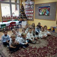 Dzieci zgrupy Jeżyki śpiewają kolędy przy choince