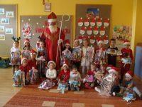 Dzieci zgrupy Krasnoludki zeŚwiętym Mikołajem