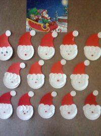 Mikołaje- praca plastyczna zpapierowego talerzyka, czerwonego papieru ipłatków kosmetycznych