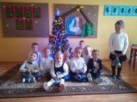 Dzieci zpodarowanymi prezentami