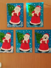 Św. Mikołaj – malowanie farbami plakatowymi, wycięcie wykonanej postaci iprzyklejenie nakartkę niebieskiego papieru