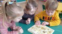 Dzieci oglądają czasopisma iksiążki oKubusiu Puchatku - poznają jego przygody