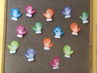 Rękawiczki- praca powstała poprzez odcisk dłoni naszablonie rękawiczki.