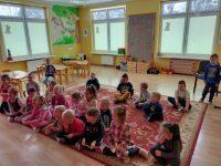 Dzieci biorą udział wspotkaniu on-line