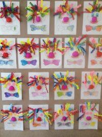 Klown- malowany kredkami iwyklejany paskami kolorowego papieru