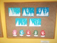 Zima – praca wykonana zgotowych wyciętych elementów zbiałego papieru ( drzewa, choinki) przyklejonych nakartkę koloru niebieskiego orazśniegu pomalowanego białą farbą plakatową. Rękawiczki – odbicie dłoni nakartce papieru, obrysowanie odbitych dłoni wkształcie rękawiczki, wycięcie nożyczkami idoklejenie futerka zkartki koloru białego