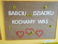 """Dekoracja tablicy: """"Babciu, Dziadku kochamy Was"""""""