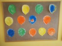 Baloniki – wypełnienie konturu balonika wybranym kolorem farby plakatowej przy użyciu gąbki