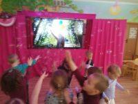 """Dzieci podczas przedstawienia ispotkania """"Alicja"""" on - line"""