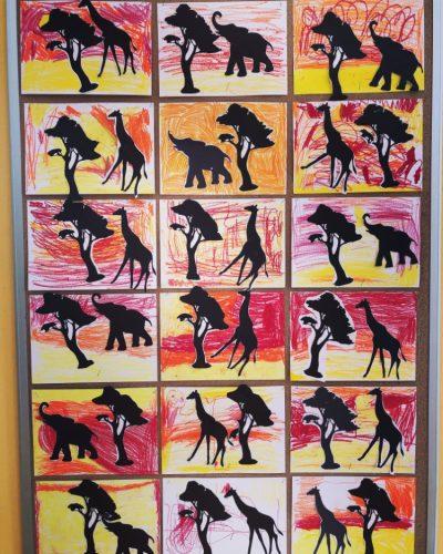 Krajobraz sawanny- malowanie pastelami iprzyklejanie sylwet zwierząt idrzewa.