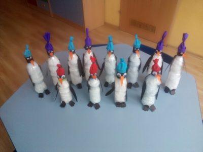 Pingwinki- praca przestrzenna zplastikowej butelki, waty ikolorowego papieru.