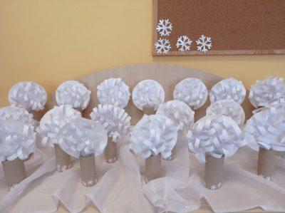 Zimowe drzewo - praca przestrzenna wykonana zrolki popapierze toaletowym ibiałego papieru