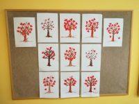 Drzewko miłości – praca polega napokolorowaniu konturu drzewa pastelą koloru brązowego wróżnych odcieniach, następnie przyklejenie serduszek dokonarów drzewa