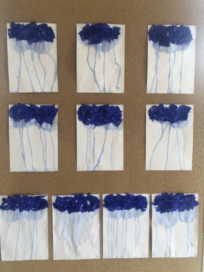 Deszczowa chmura - bibuła przyklejona nakartce papieru izroszona wodą